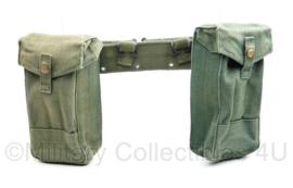 Britse Pattern 44 Jungle 1944 matching maker en jaartal basic pouch bren pouch munitietassen met naoorlogse koppel - 92 x 5,5 cm - origineel