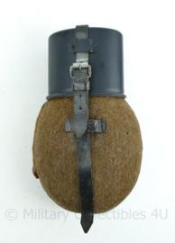 WO2 Duitse veldfles set uit 1941  - Originele fles, hoes en riem + replica beker- 25x14x6cm - origineel