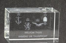 Glasblok met grafure 'Welkom thuis namens uw thuisfront' - 5 x 5 x 8 cm - origineel
