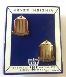 "US 38th Field Artillery Regiment ""Feld Behind The Rock"" unit crest Paar metaal - maker MEYER - origineel"