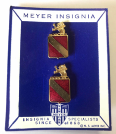US 35th Field Artillery Regiment unit crest Paar metaal - maker MEYER - origineel