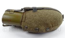 WO2 Duitse veldfles set, fles, beker en hoes - 1942 - afmeting 28 x 18 x 5 cm - origineel