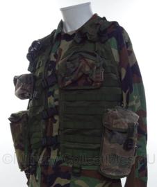 Korps Mariniers Molle OPS vest met tassen in forest camo  -  met 2 veldflessen  -  Maat L  -  origineel