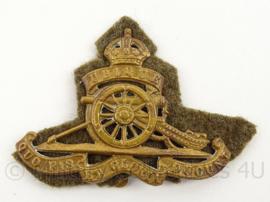 WO2 Britse baret of cap insigne Royal Artillery met achtergrondje  - afmeting 8 x 5,5 cm - origineel