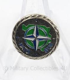 NATO SFOR speld - doorsnede 2 cm - origineel