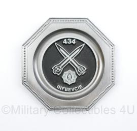 KL Nederlandse leger 434 INFBEVCIE Infanterie Beveiligingscompagnie wandbordje metaal - 9,5 x 8 cm - origineel