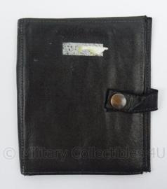 KMAR Marechaussee zwart lederen bonnenboek - afmeting 15 x 13 cm - origineel