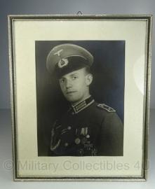 Foto in lijst -  x   cm.  Feldwebel met zeer veel medailles - origineel!