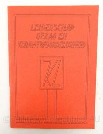 MVO handboek - Leiderschap gezag en verantwoordelijkheid 1956 - 14 x 20 cm - Topstaat - origineel