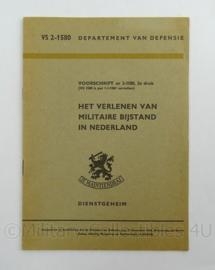 Nederlandse leger voorschrift Het verlenen van militaire bijstand in Nederland VA 2-1580 uit 1960 - afmeting 14 x 21 cm - origineel