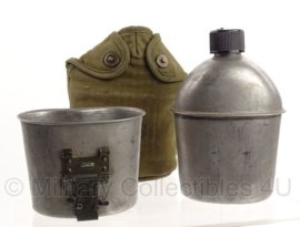 WO2 US Army veldfles set - fles 1944, beker 1963/1965 en OD hoes jaren 50 - origineel