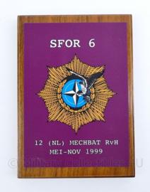 Wandbord Defensie  SFOR 6 Luchtmobiele brigade 12 NL MECHBAT 1999- 15x20x1,5cm - origineel