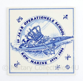 Porseleinen wandbord Koninklijke Marine 10 jaar operationele school 1976 - 1986 - 15 x 15 cm - origineel