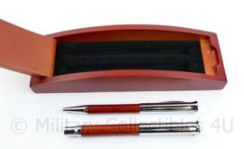 Defensie Deluxe pennenset Het RAKA overleg Regimentsadjudanten en Korpsadjudanten Overleg  - 21,5 x 6,5 x 3,5 cm - origineel