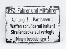 Nieuw gemaakte metalen plaat KFZ Fahrer und Mitfahrer Ahtung! Partisanen!  - 30 x 20 cm - nieuw