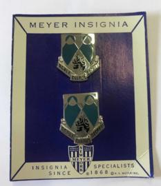 US Army 2nd Miltary Intelligence Battalion OCS unit crest PAAR metaal - 3 x 2,6 cm - MEYER - origineel