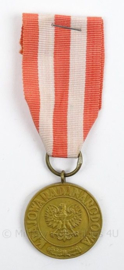Poolse medaille 9 mei 1945 Medal of Victory and Freedom 1945 - afmeting 3,5 x 10,5 cm - origineel