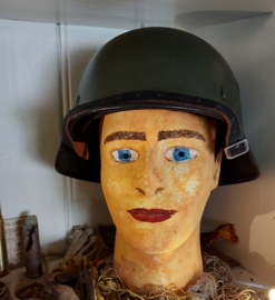 Duitse M40 helm op kop