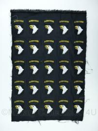 US Army 101st Airborne Division eagle patch doek met 25 patches! - decoratief -71x47 cm. - origineel