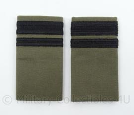 """KLu Luchtmacht GVT schouder epauletten Officier met rang """"1e Luitenant"""" - zwart op groen - afmeting 5 x 9 cm - origineel"""