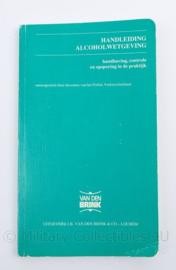 Politie Handleiding Alcohol wetgeving - uitgeverij J.B van den Brik & co - Lochem - 18,5 x 11 x 0.5 cm - origineel