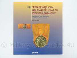 Boek Een Bewijs van Belangstelling en Welwillendheid Joep van Hoof - afmeting 22,5 x 21 cm - origineel
