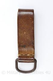 Vintage D riem met metalen oog -  bruin leer - 9,5 x 3 cm - origineel