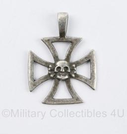 Duits kruis met Totenkopf voor aan ketting of lint  - met RZM stempel