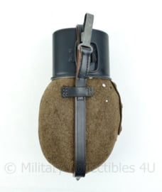 WO2 Duitse veldfles set 1936 - Originele fles en hoes + replica beker en riempje - 25x14x6cm - origineel