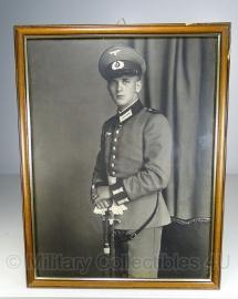 Foto in lijst - 43 x 33 cm. Waffenrock en sabel - origineel