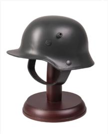Miniatuur WO1/WO2  Duitse metalen M16 helm op houten standaard