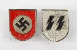WO2 Duitse SS metalen Tropenhelm insigne SET - runen en swastika - 3,3 x 4 cm - replica