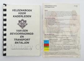 KL Landmacht Bevoorrading en Transport Bataljon veldzakboek en instructiekaart stress set - afmeting 16 x 11 cm - origineel