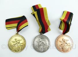 DDR bestener mittlungen körperertüchtigung und sport fur treue dienste medaille 3 delige set goud zilver brons - Origineel