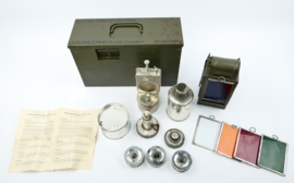 Bundeswehr Einheitslaterne lantaarn in stalen kist met alle toebehoren - gebruik met kaars, carbid of petroleum - 13 x 35 x 22 cm - origineel