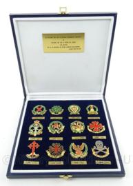 Geschenkdoos met diverse Spaanse metalen insignes - origineel