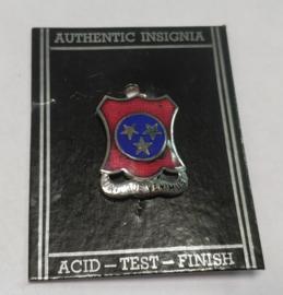 """US Army """"Undique Venimus"""" unit crest metaal - 2,8 x 2,1 cm - origineel"""