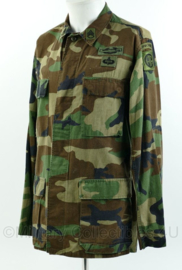 US Army BDU field jacket met insignes - 82nd airborne division - staff sergeant grade 3 rank - woodland - maat small - gedragen - origineel