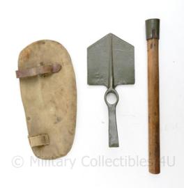 WO2 Britse entrenching tool - 1 strap is vervangen voor lederen riempje - 40,5 x 15 cm - origineel