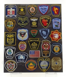Amerikaanse politie 26 stuks emblemen set in lijst 60 x 50 cm. - origineel
