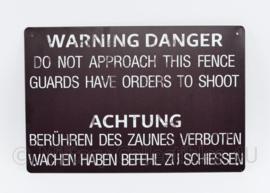 Warning Danger Do not approach this fence Guards have orders to shoot  - 30 x 20 cm - nieuw gemaakte metalen plaat