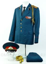 Russische tank officier set met pet en paradekoord, medailles, koppel en dolkdraagstel - maat 50 - origineel