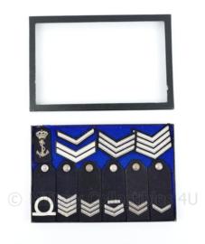 Vitrine Koninklijke Marine insignes - alles op de foto inbegrepen - 21 x 31 x 2 cm - origineel