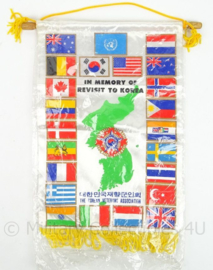 Vaandel In Memory of Revisit to Korea door Korea veteranen - afmeting 28 x 22 cm - origineel