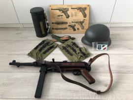 WO2 Duitse MP40 uitrusting met M40 helm