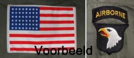 Het aanbrengen van 1 divisie patch & een armvlag op een jas