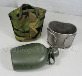 KL Veldfles met RVS beker en Woodland hoes - MOLLE - 750 ml - model voor aan het OPS vest - origineel