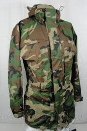 Korps Mariniers woodland Trilaminaat jas - ONGEDRAGEN - maat Large = 6080/0005 - origineel