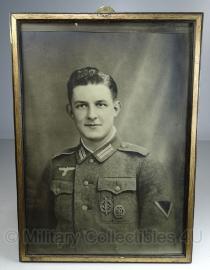 Foto in lijst - 31  x 23  cm.  gefreiter met medailles- origineel!