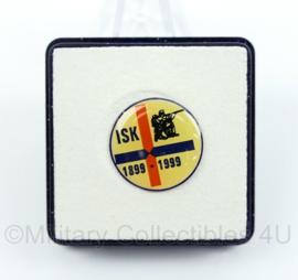 ISK 1899-1999 Speld in doosje 100 jarig jubileum Internationaal Schietkamp Harskamp - diameter 1,88 cm - origineel
